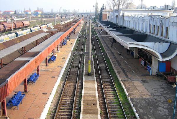 Empty train tracks by Gabriel